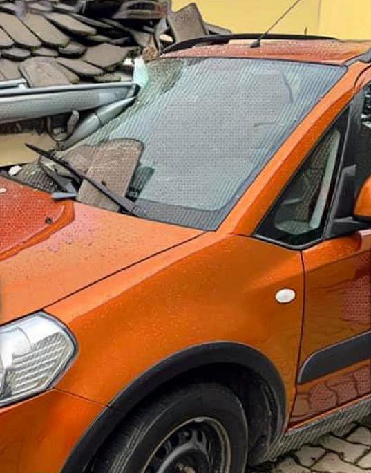 Takhle auto narazilo do jejího domu.