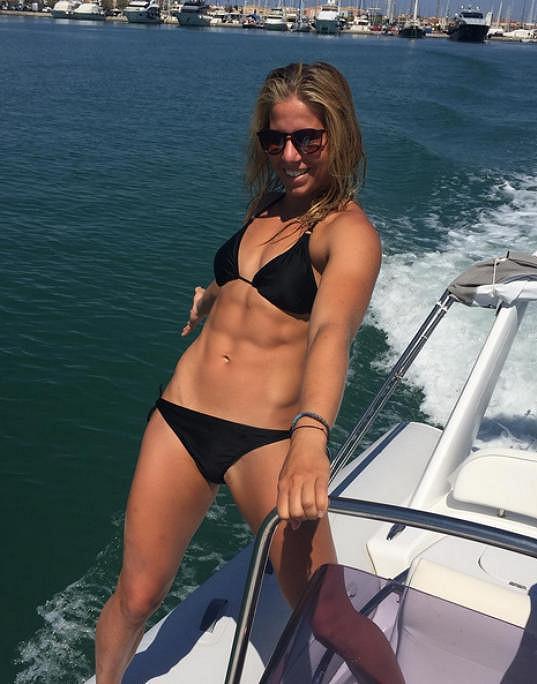 Ester Ledecká se opaluje na lodi.