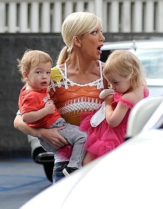 Tori Spelling se svými nejmladšími potomky Hattie a Finnem