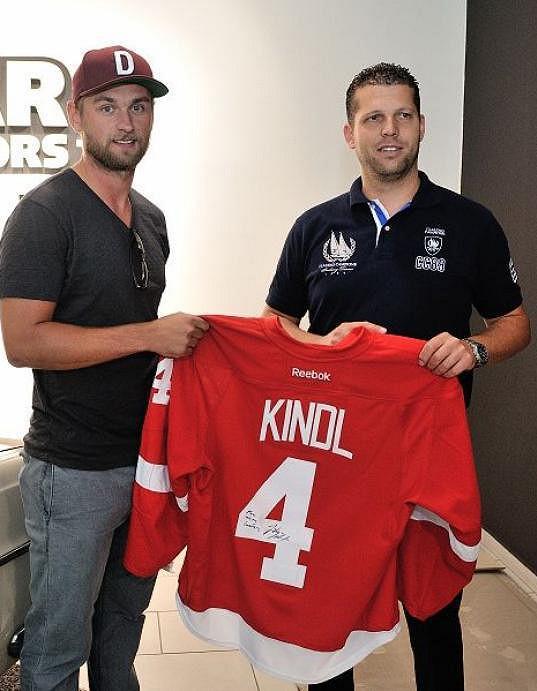 Hokejista věnoval majiteli svůj dres.