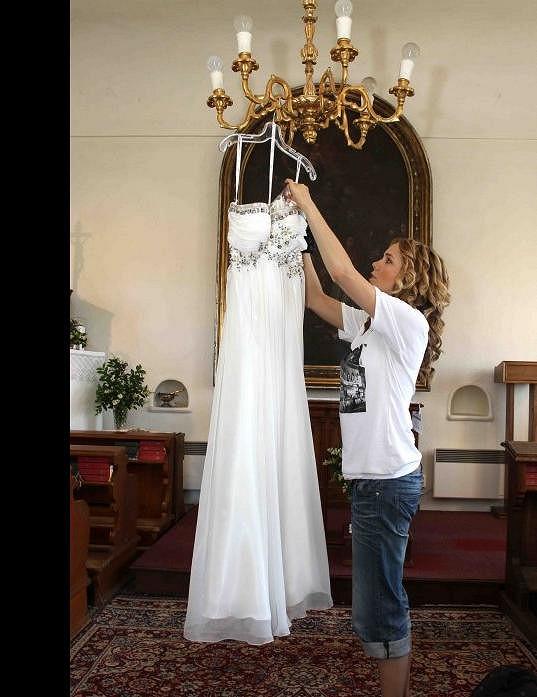 Po svatbě Lucie pověsila šaty v hotelu na lustr.