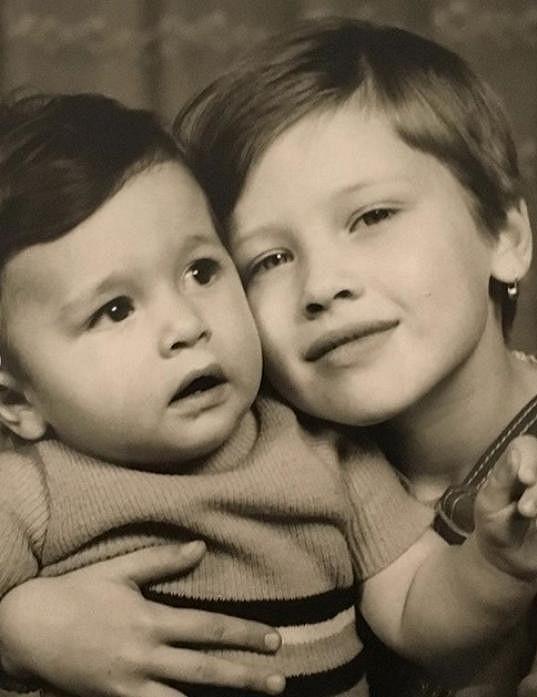 Daniela Peštová s mladším bratrem na fotce z dětství.