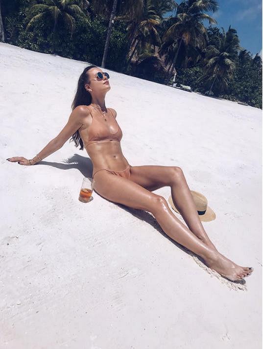 Ráda své tělo vystavuje slunci.