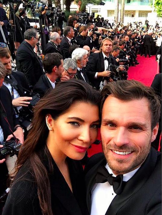 Leoš a Monika na rudém koberci před festivalovým palácem