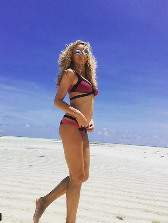 Simona Krainová se sluní na Zanzibaru.