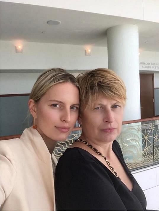 Karolína Kurková s maminkou