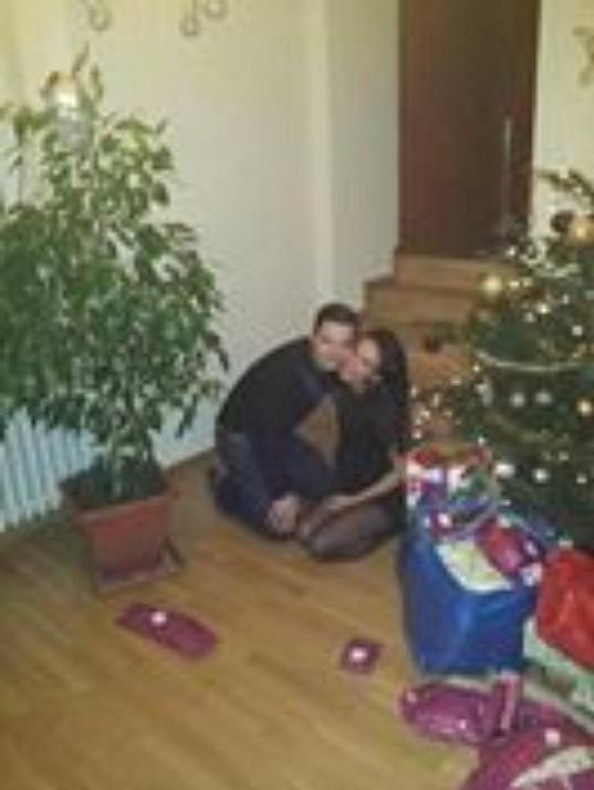 Gábina Dvořáková u stromku s bratrem.