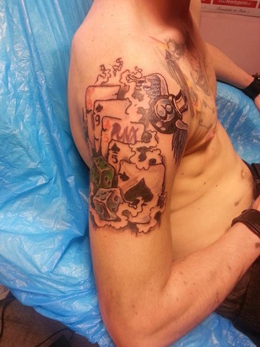 Dan měl ve výběru motivu již zpočátku zcela jasno. Ústředním symbolem Danova tetování je biliárová koule. Křídla pak symbolizují zpěvákova zemřelého otce.