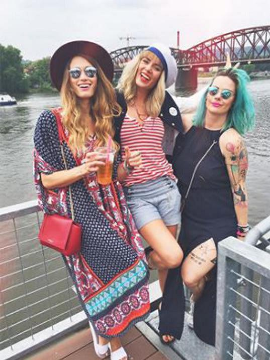 S kamarádkami Míšou Štoudkovou a Kristýnou Poliček organizují bazar oblečení po blogerkách.