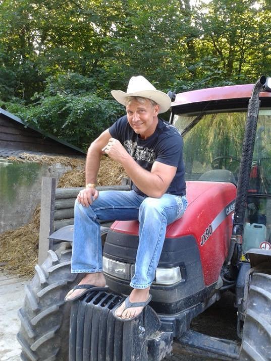 Martin se na traktoru cítí dobře.