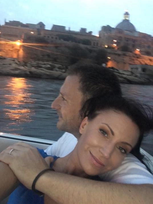Tohle selfie zamilovaných manželů vzniklo během obeplouvání ostrova.