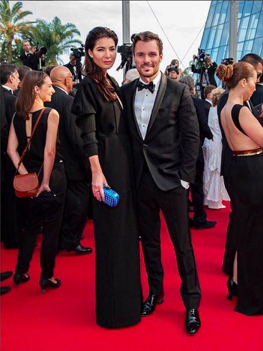Módní redaktorka oblékla šaty z tuhého materiálu od španělské módní návrhářky Any Locking, ty rozzářila ikonickým psaníčkem Knot od Bottega Veneta a svůj look doplnila obutím od Zanotti.
