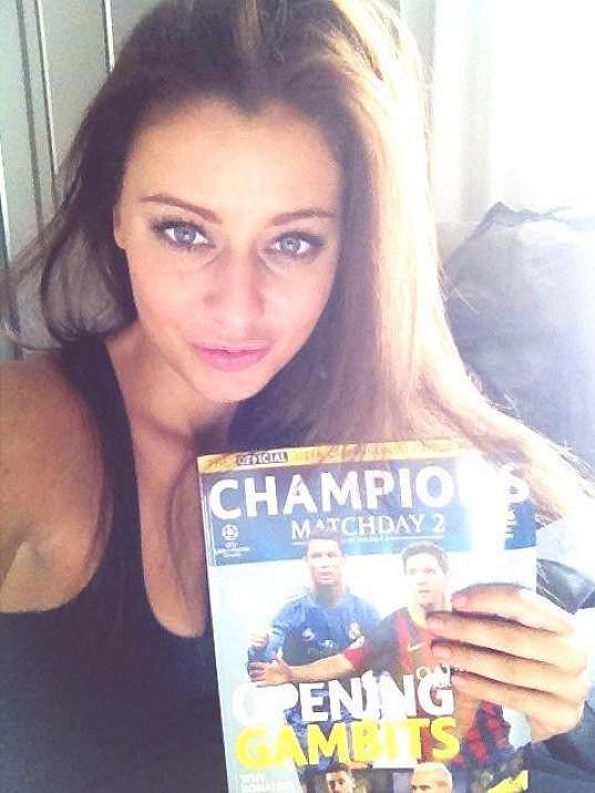 Modelka poctivě studuje fotbalovou teorii.