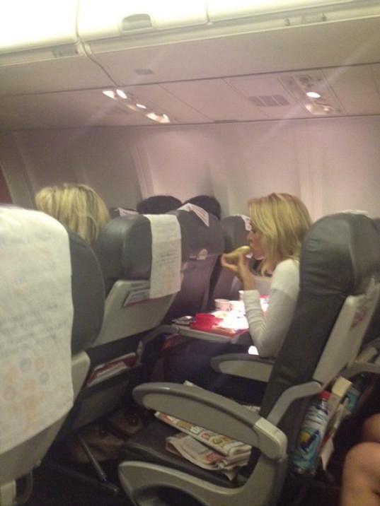 V letadle nízkorozpočtové společnosti si Kateřina dopřála i večeři.