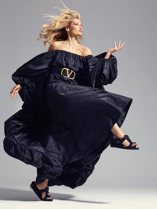 Focení Ester Ledecké se uskutečnilo díky Tereze Maxové, supermodelce, která je tváří další srpnové obálky. I ji svým objektivem zachytil Bryan Adams.