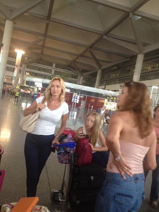 Kateřina s dcerou Kačenkou se vracejí z dovolené ve Španělsku.