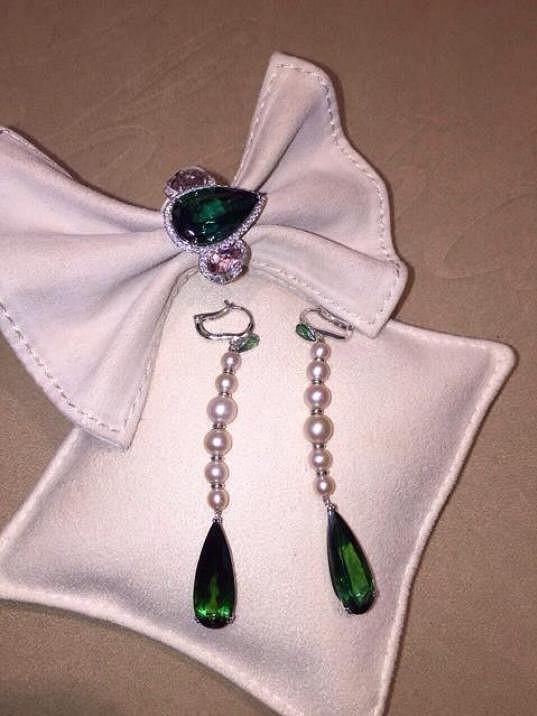 Markétu zdobily náušnice s perlami a smaragdy.