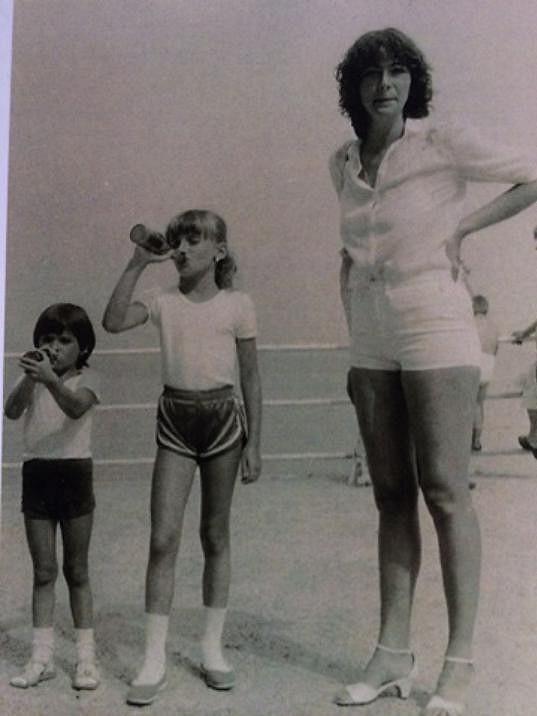 Alice Bendová se sestrou a maminkou
