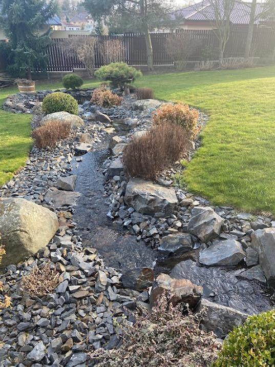 Zahradou protéká dokonce potůček.