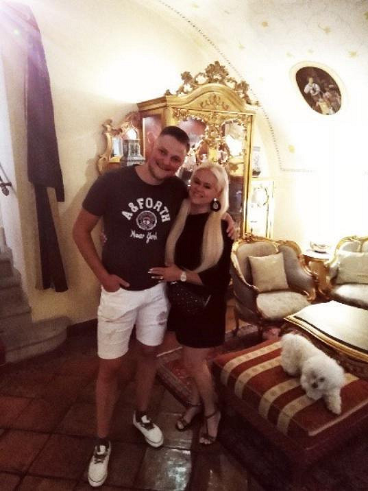Novomanželé Biniasovi strávili svatební noc v malostranském luxusním hotelu a jejich pes se od nich ani nehnul.