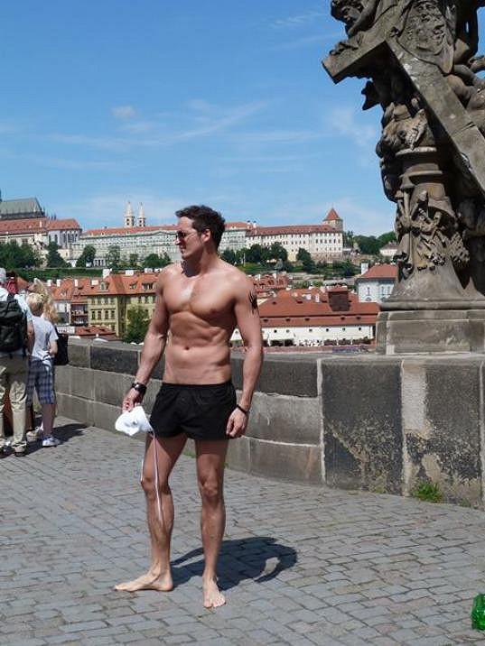 Radim Schwab běhal po Karlově mostě v trenkách, pak byl ještě odvážnější.