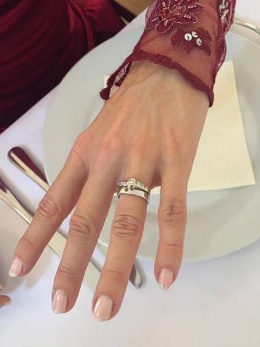 Pochlubila se prstýnkem.