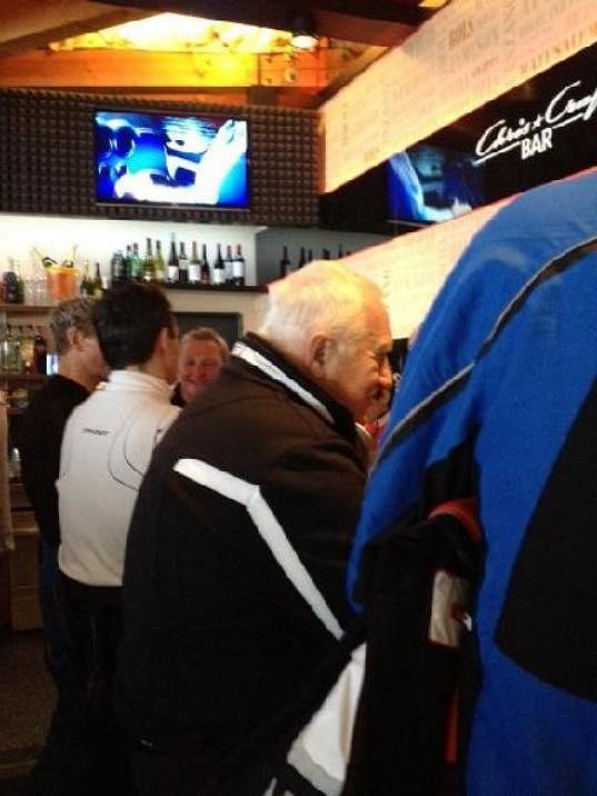 Tradiční předsilvestrovské lyžování šel Václav Klaus spláchnout do přilehlého baru.