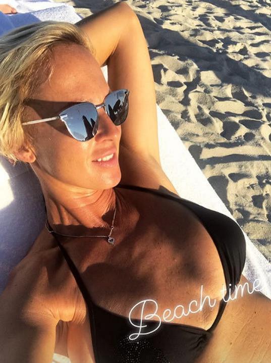 Belohorcová tráví dny na pláži.