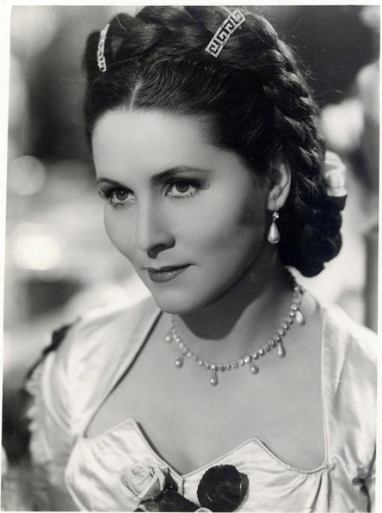 Za okupace se Marie Glázrová stala velkou filmovou hvězdou a v diváckých anketách se umisťovala na předních místech.