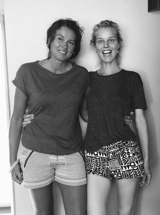 Eva Herzigová a její sestra Lenka (vlevo)