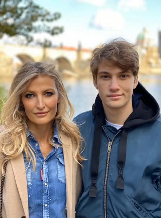 Tobias ukončil studium v Anglii. Karanténu trávil s rodinou v Česku.