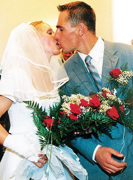 Svatební foto s atletkou Evou Kasalovou, s níž se Šebrle oženil roku 2000 a má s ní dvě děti.