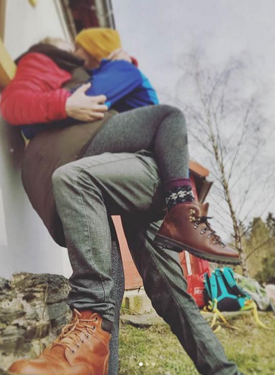 Nejen takhle si s přítelem užívala na horách.