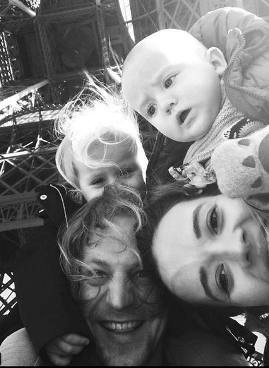 Tomáš Klus si užívá s rodinkou v Paříži.