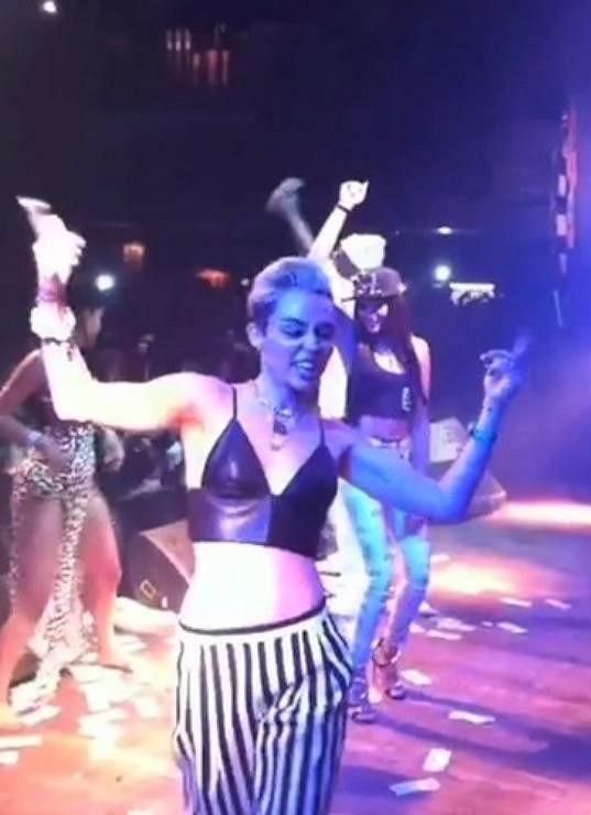 Miley to na pódiu při koncertu Juicy J rozjela.