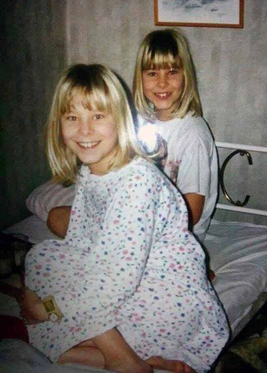 Sara a Emma jako sedmileté blondýnky