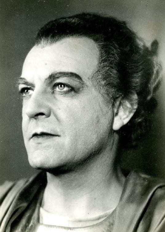 Otomar Korbelář v roce 1944 v inscenaci Smír Tantalův. Právě v té době mu zemřel sotva narozený syn.