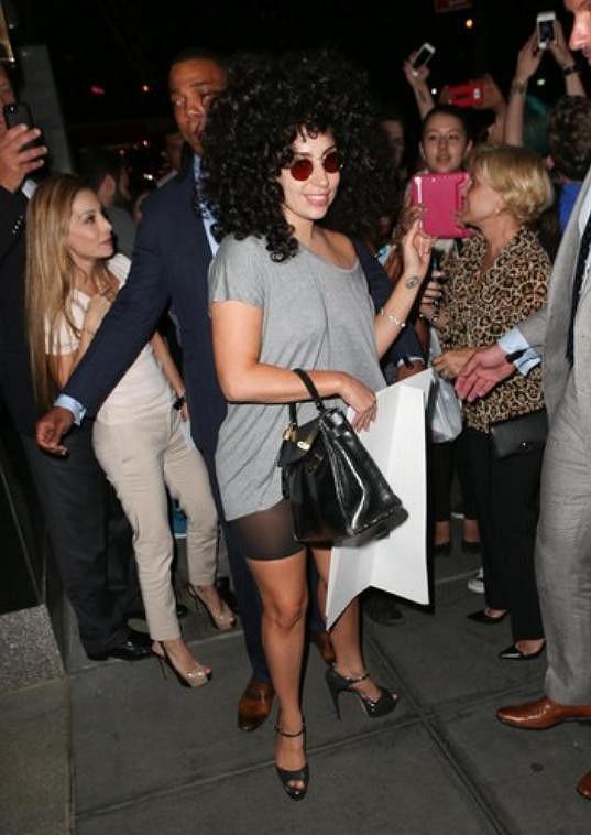 Lady Gaga si oblíbila afro a lenonky.