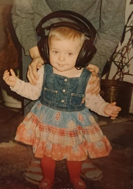 S obřími sluchátky na uších Anička snila o hudební kariéře.