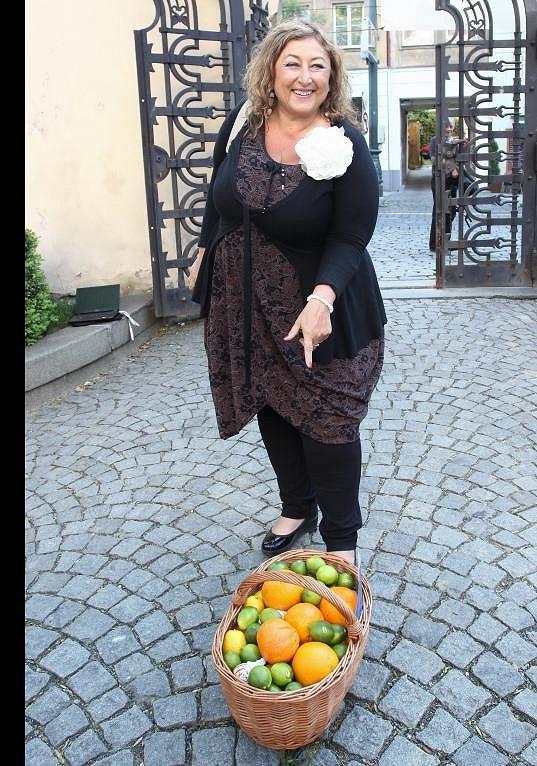 Halina Pawlowská přinesla darem košík plný citrónů a pomerančů