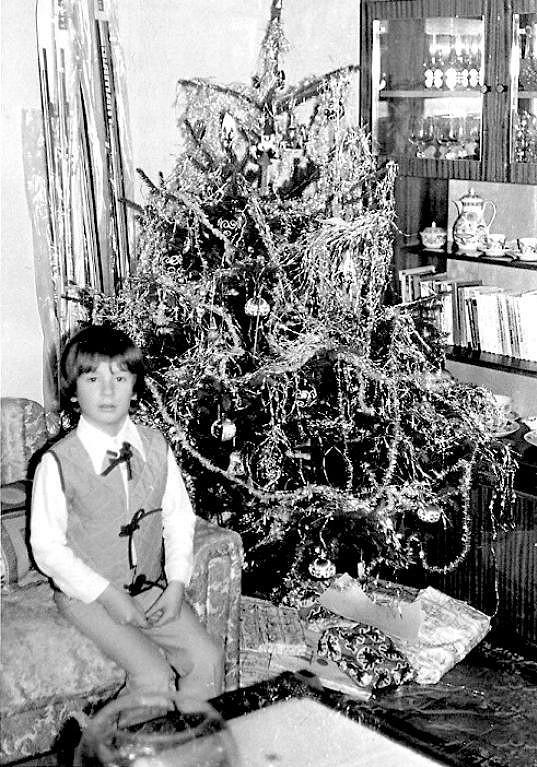 Petr Vágner jako malý kluk u stromečku.