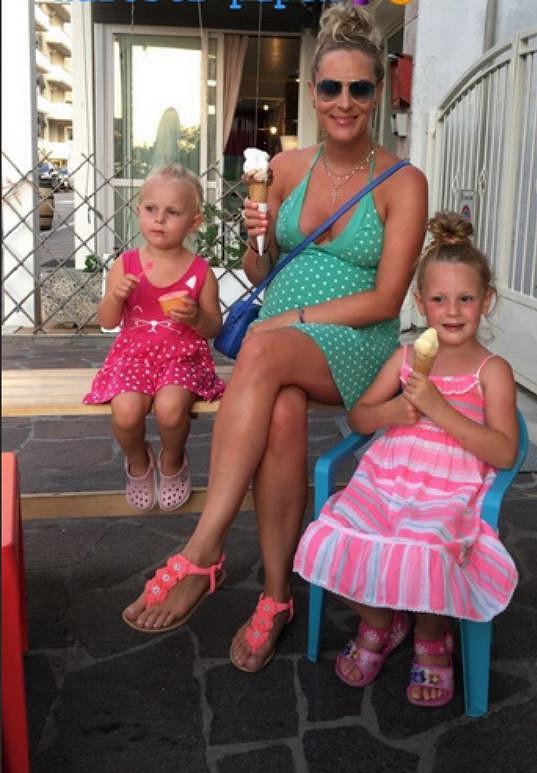 Katka má s hokejistou Davidem Švagrovským dcery Anabel a Lauru a nejmladšího syna Adama.