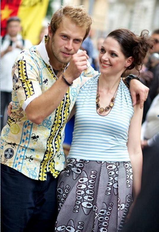 Klára Issová na módní přehlídce s šéfem projektu Kedjom-Keku Martinem Mikešem.