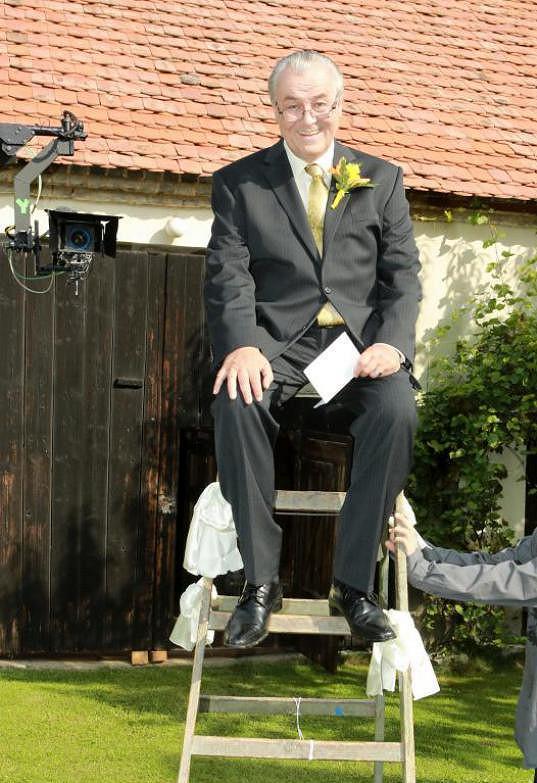 Své seriálové novomanželce recitoval ze žebříku.
