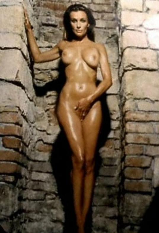 Bendová si ve filmu Sametoví vrazi střihla roli krásky Ivety, jež se živila právě focením a točením erotiky.