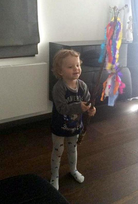 Malý Markus si našel v máminých prsou novou hračku.