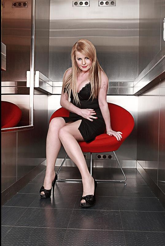 Iveta Bartošová pózuje ve výtahu.
