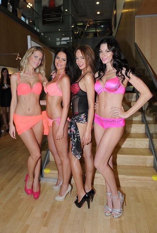 Karolína s dalšími modelkami.