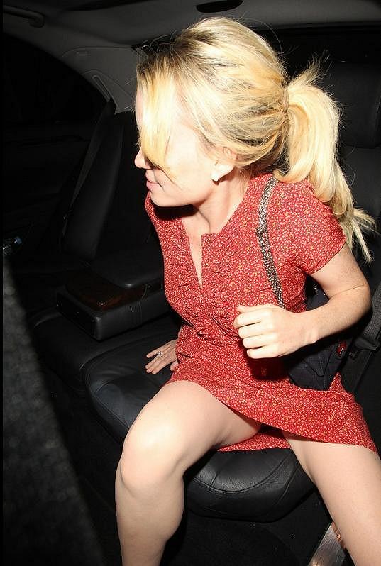 Zpěvačka nastupování do auta příliš elegantně nezvládla.