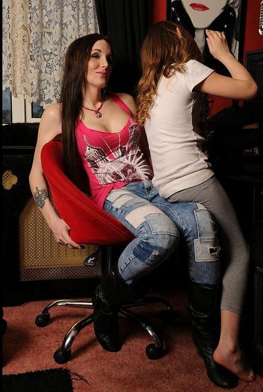 Malá Chloe svou maminku v přeměně pohlaví naprosto podporuje a z posměváčků ve škole si nic nedělá.
